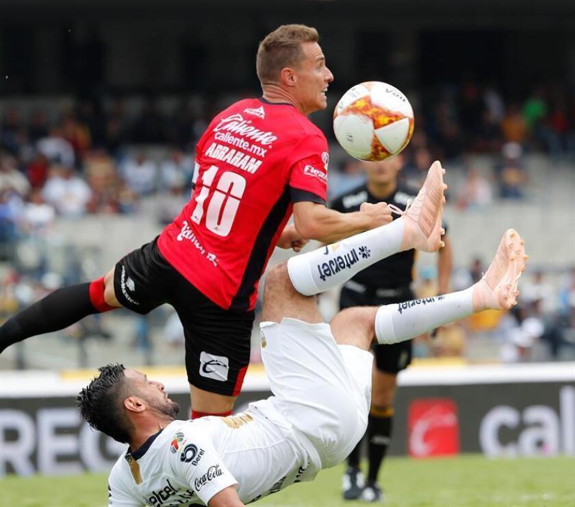 El español Abraham González (i), centrocampista de Lobos Buap de México, analizó a su equipo a una semana de terminar el torneo y proyectó que la lucha final será por mantener la categoría en el certamen que viene. EFE/ARCHIVO