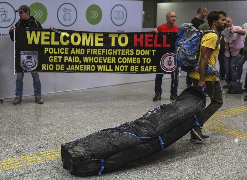 Policías y bomberos del estado de Río de Janeiro protestan por el retraso en sus salarios y por mejores condiciones de trabajo, en el aeropuerto internacional de Río de Janeiro (Brasil).