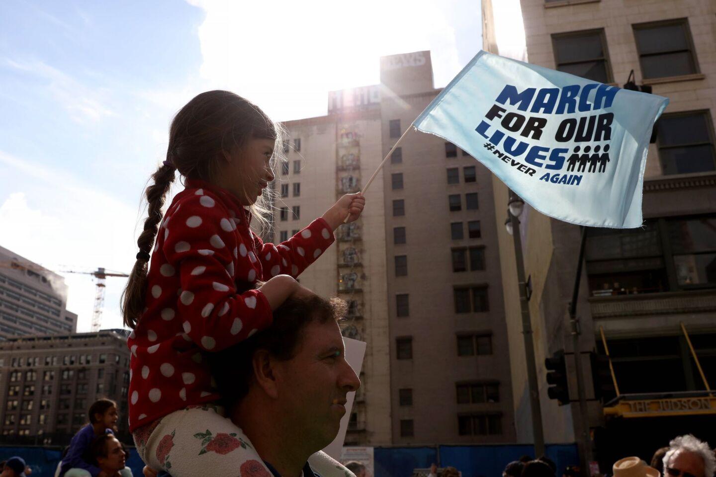Una niña en los hombros de su padre participa en la 'Marcha por nuestras vidas' en Downtown Los Angeles. El suceso desató una movilización nacional para exigir mayores controles en el uso y venta de armas.