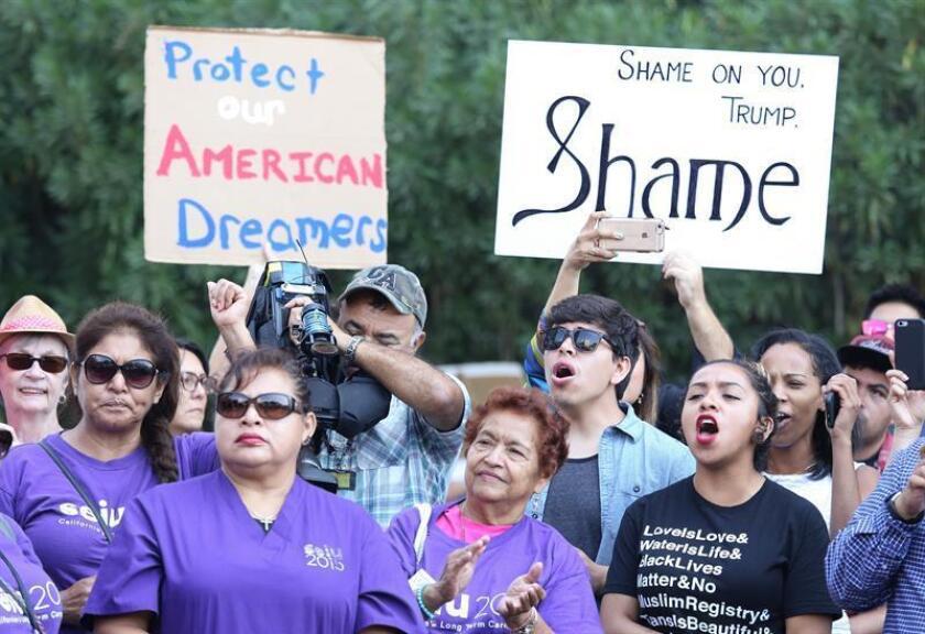 Inmigrantes y activistas de derechos humanos protestan contra la decisión del presidente estadounidense, Donald Trump, de poner fin al programa de Acción Diferida para los Llegados en la Infancia (DACA). EFE/Archivo