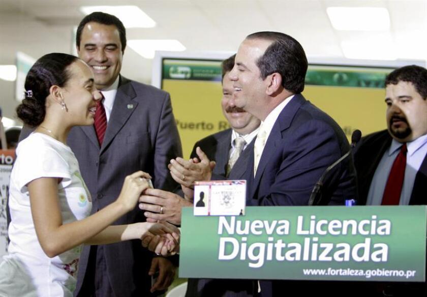 El exgobernador de Puerto Rico, Aníbal Acevedo Vilá, mostró el lunes 7 de julio en Carolina, ciudad colindante a San Juan, las nuevas licencias de conducir digitales, que cuentan con sistemas de seguridad semejantes a los de las tarjetas bancarias, para tratar de evitar las falsificaciones y el robo de identidad. EFE/SOLO USO EDITORIAL/NO VENTAS