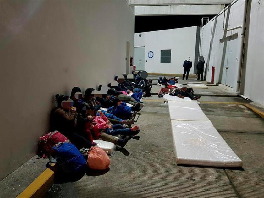 Fotografía cedida por la Procuraduría General de la República (PGR), que muestra a migrantes centroamericanos detenidos hoy, en el estado de Tabasco (México). EFE/PGR/SOLO USO EDITORIAL/MEJOR CALIDAD DISPONIBLE