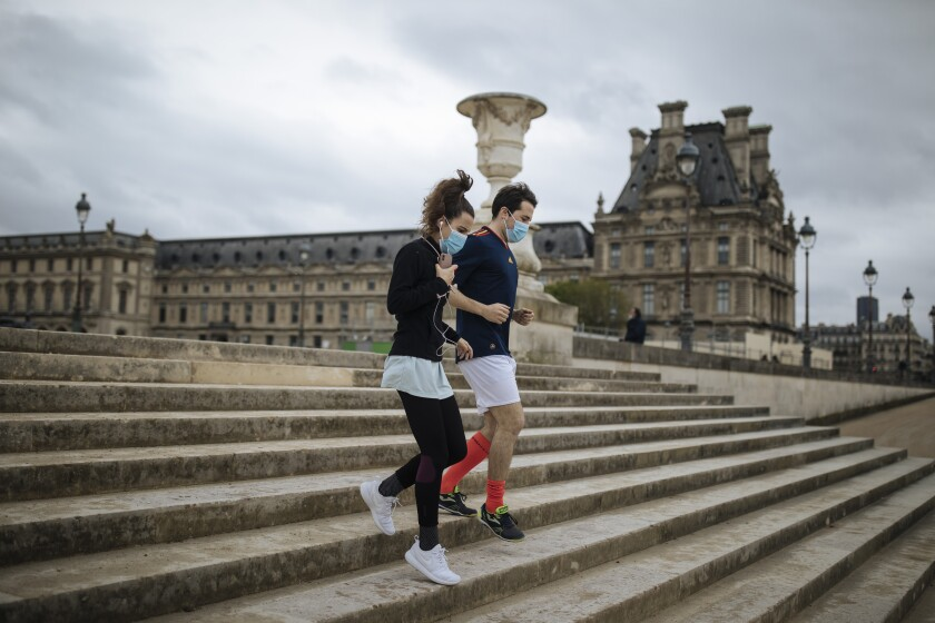 Una pareja baja las escaleras del Jardín de las Tullerías, en París, Francia, el 10 de abril de 2021.