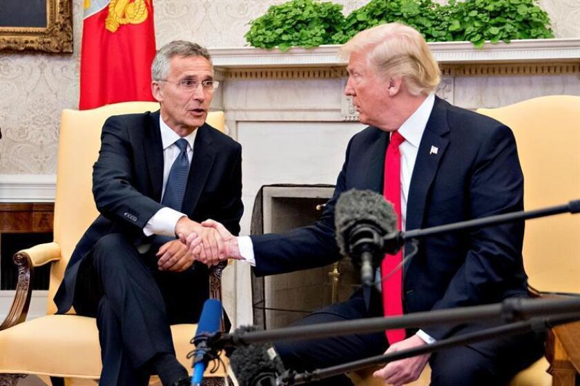 El presidente estadounidense, Donald Trump (d), saluda al secretario general de la Organización del Tratado del Atlántico Norte (OTAN), Jens Stoltenberg (i), el jueves 17 de mayo de 2018, durante una reunión en el Despacho Oval de la Casa Blanca en Washington, DC (EE.UU.). EFE/Archivo