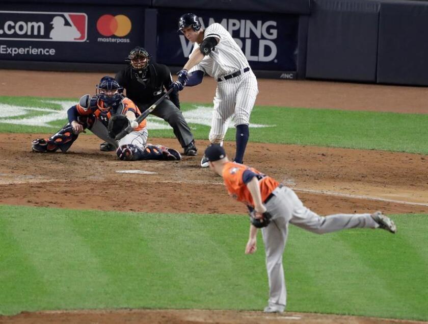 Imagen de archivo de Aaron Judge (2-d) bateando ante el lanzador Joe Musgrove (d) en un juego de las Grandes Ligas de Béisbol (MLB). EFE/Archivo