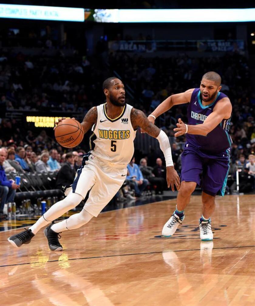 El jugador Will Barton (i) de los Denver Nuggets en acción ante Nicolas Batum (d) de los Charlotte Hornets durante un partido de baloncesto de la NBA entre Charlotte Hornets y Denver Nuggets que se disputa en el Pepsi Center de Denver (EE.UU.). EFE