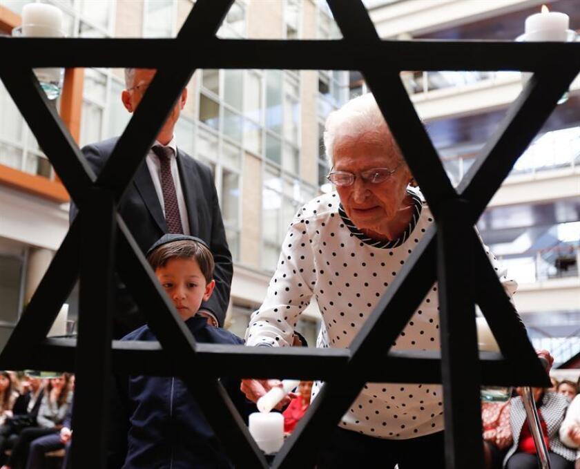 Fotografía de archivo fechada el 26 de enero de 2018, muestra a Gerda Schwarzhopf (d), una superviviente del Holocausto, mientras participa en el acto de conmemoración del Día Internacional del Holocausto, en Quito (Ecuador). EFE/Archivo