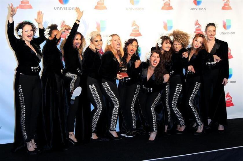 """Las integrantes Flor De Toloache posan con su premio a """"Mejor Álbum Ranchero/Mariachi"""" durante los XVIII Premios Grammy Latinos. EFE/Archivo"""
