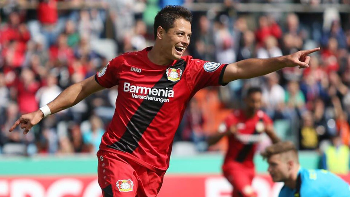 Javier 'Chicharito' Hernández celebra su gol, en el triunfo del Bayer Leverkusen, con el que avanzó a la segunda ronda de la Copa alemana.