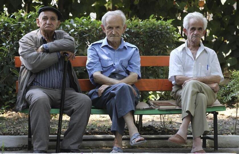 Tres ancianos en un banco. EFE/Archivo