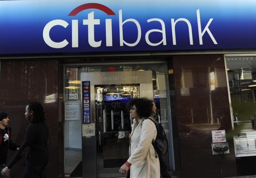 Transeúntes caminan frente a una oficina del Citibank en Nueva York (NY, EE.UU.). EFE/Archivo