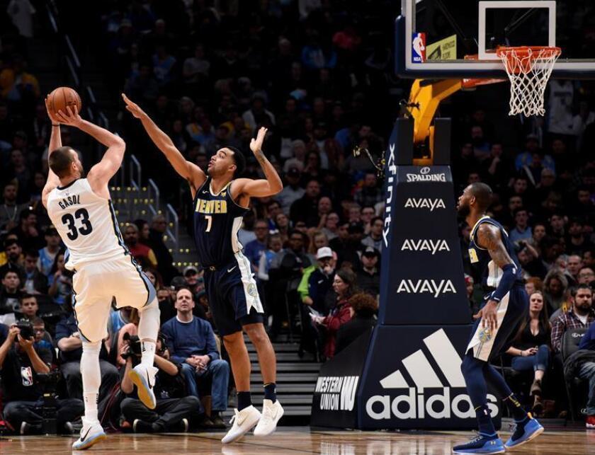 El jugador Marc Gasol (i) de Memphis Grizzlies en acción ante Trey Lyles (c) de Denver Nuggets hoy, viernes 12 de enero de 2018, durante un partido de la NBA, que se disputa en el Pepsi Center. EFE