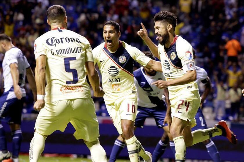 Los jugadores de América Guido Rodríguez (i) Cecilio Domínguez (c), y Oribe Peralta (d), festejan una anotación ante Puebla durante el juego correspondiente a la décima jornada del torneo mexicano de fútbol, celebrado en el estadio Cuauhtémoc, en la ciudad de Puebla (México). EPA