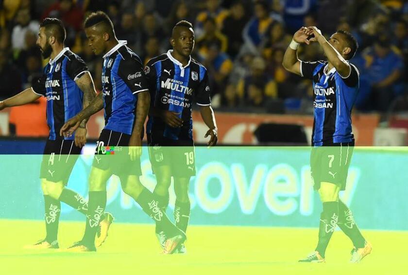 Camilo Da Silva (d) de Gallos Blancos de Querétaro celebra con sus compañeros la anotación de un gol. EFE/Archivo