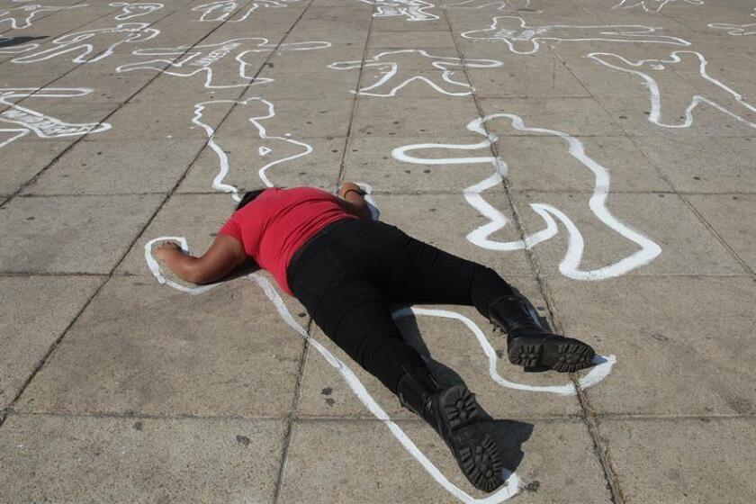 """Jóvenes de la organización """"Nos hacen falta"""" encabezaron hoy un acto pacífico de protesta contra el Gobierno mexicano al que le reclamaron las secuelas de muertos y desaparecidos que dejó guerra contra el narco iniciada en el 2006. EFE"""