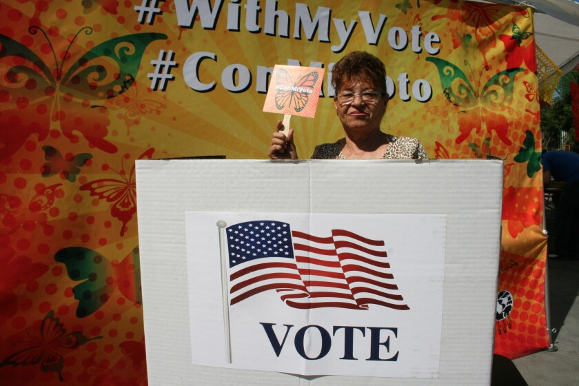 Los inmigrantes mexicanos que califican a la naturalización estadounidense puede solicitar los fondos para el proceso en la Casa Mexiquense en L.A., Houston y Chicago.