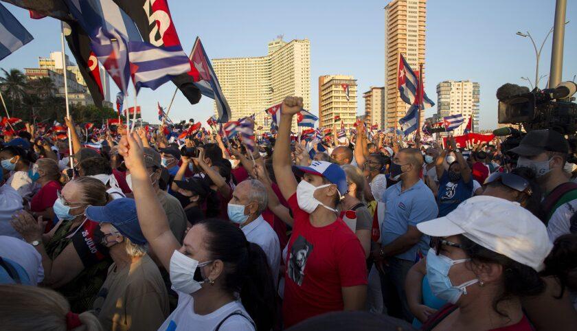 Miles de personas asisten a un mítin político y cultural en la avenida Malecón de La Habana, Cuba, el sábado 17 de julio de 2021 en apoyo a la Revolución Cubana, seis días después de que manifestantes antigubernamentales protestaron en varios puntos de la isla. (AP Foto/Ismael Francisco)