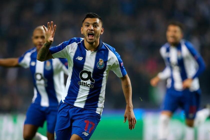 Jesus Corona del Oporto celebra la anotación de un gol ante el Schalke durante un partido del grupo D de la Liga de Campeones en el estadio Dragao de Oporto (Portugal). EFE