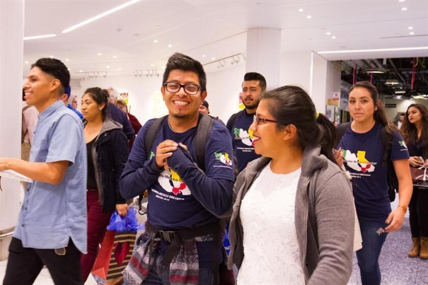 Un grupo de estudiantes indocumentados protegidos por el programa de Acción Diferida (DACA) se reúne con familiares y amigos en el Aeropuerto Internacional de Los Angeles después de haber pasado un mes en Mexico. EFE