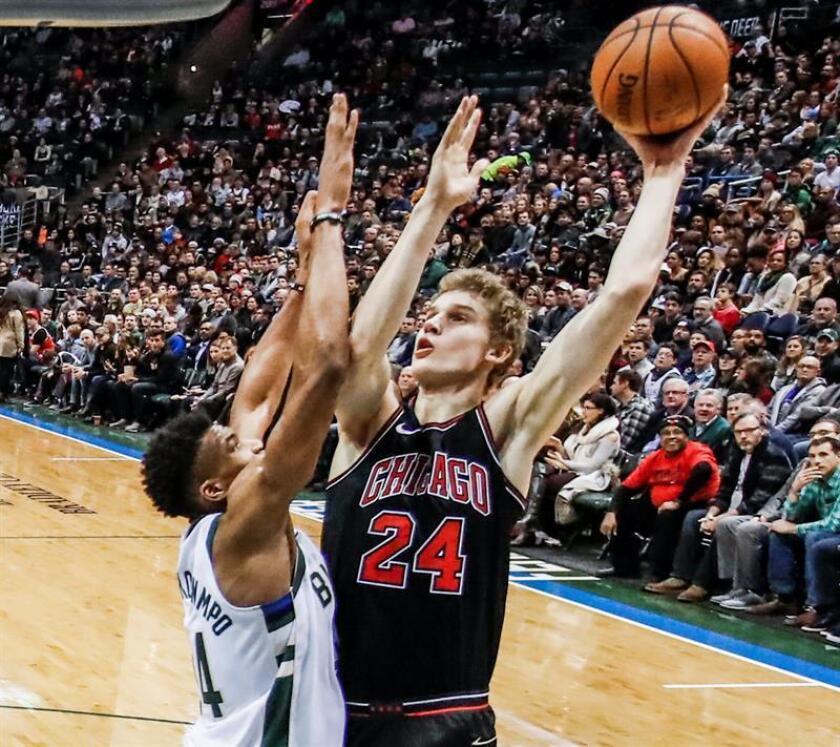 El jugador de los Bulls Lauri Markkanen (d) en acción ante Giannis Antetokounmpo (i) de los Milwaukee Bucks durante un partido. EFE/Archivo