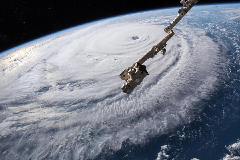 """Fotografía cedida por la NASA muestra el ojo del huracán Florence sobre el océano Atlántico hoy, 12 de septiembre del 2018. El """"extremadamente peligroso"""" huracán de categoría 4 Florence mantiene su fortaleza, dimensión y organización en su ruta hacia Las Carolinas, en la costa sureste de EE.UU., donde amenaza, entre otras, con una marejada ciclónica. EFE/NASA"""