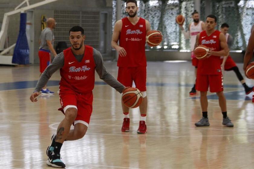 El jugador de la selección puertorriqueña de baloncesto Emmanuel Andujar (i) participa en un entrenamiento. EFE/Archivo