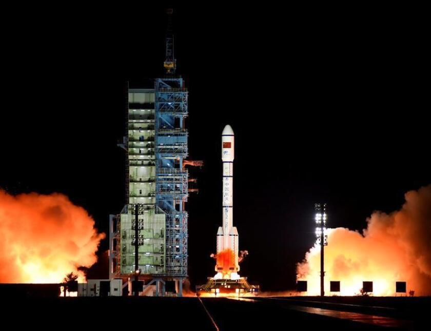 Momento del lanzamiento de un cohete en el centro de lanzamiento de Jiuquan, situado en el desierto del Gobi. EFE/Archivo