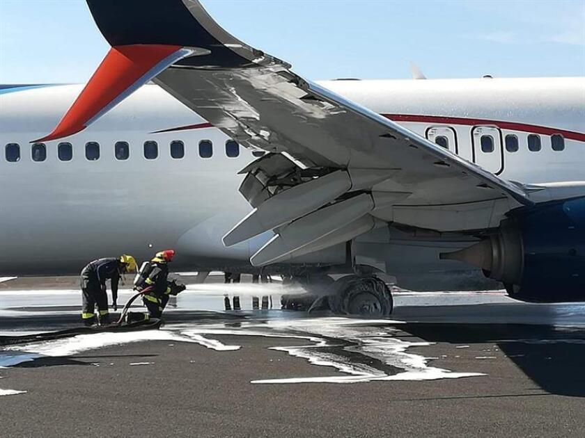 Fotografía cedida hoy que muestra el percance de un avión de Aeroméxico en el aeropuerto de Guadalajara (México). EFE/ Carlos Rosas /SOLO USO EDITORIAL/NO VENTAS