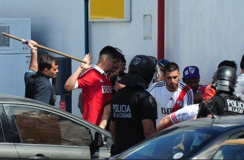 Integrantes de la policía argentina dirige a aficionados de River Plate hoy en el partido de la final de la Copa Libertadores entre River Plate y Boca Juniors en el estadio Monumental en Buenos Aires (Argentina). EFE