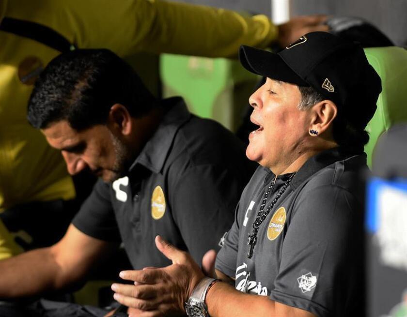 El argentino Diego Armando Maradona, entrenador de los Dorados de Sinaloa del Ascenso del fútbol mexicano, observa el partido entre Dorados de Sinaloa y el equipo cañero del Zacatepec de segunda división, en el estado de Morelos (México). EFE/Archivo