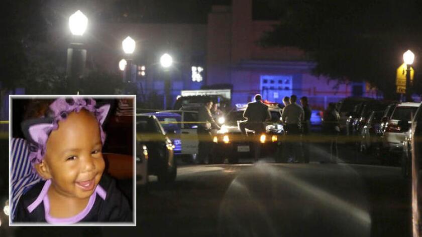 Agentes del Departamento del sheriff del condado de Los Ángeles investigan en el lugar donde la bebé de un año, Autumn Johnson -recuadro-, fue baleada y murió el martes por la noche en Compton.