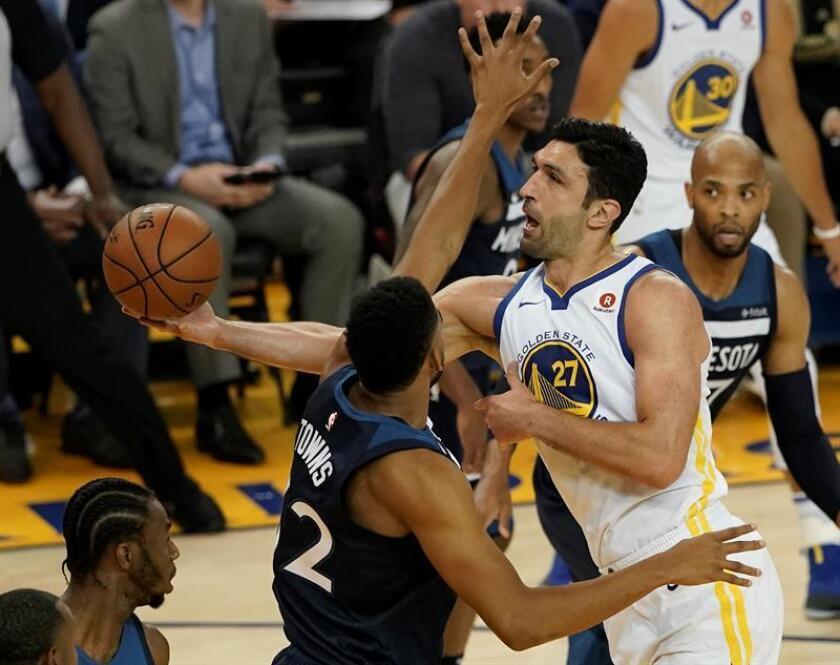 El centro de los Golden State Warriors Zaza Pachulia (d) en acción ante el centro de los Minnesota Timberwolves Karl-Anthony Towns (c) durante un partido de la NBA entre los Golden State Warriors y los Minnesota Timberwolves el pasado 8 de noviembre. EFE