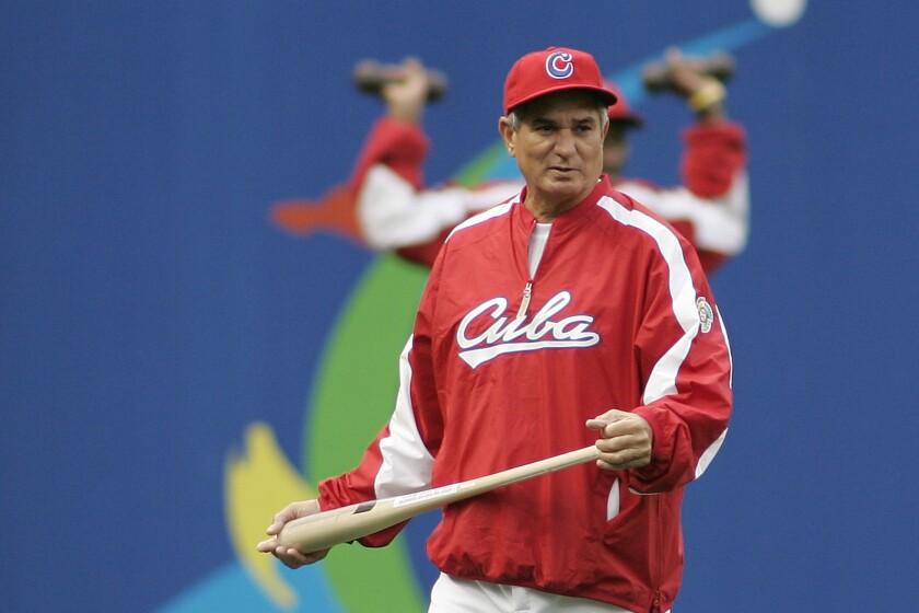 ARCHIVO - En este foto del 17 de marzo de 2006, el manager de la selección de Cuba Higinio Vélez