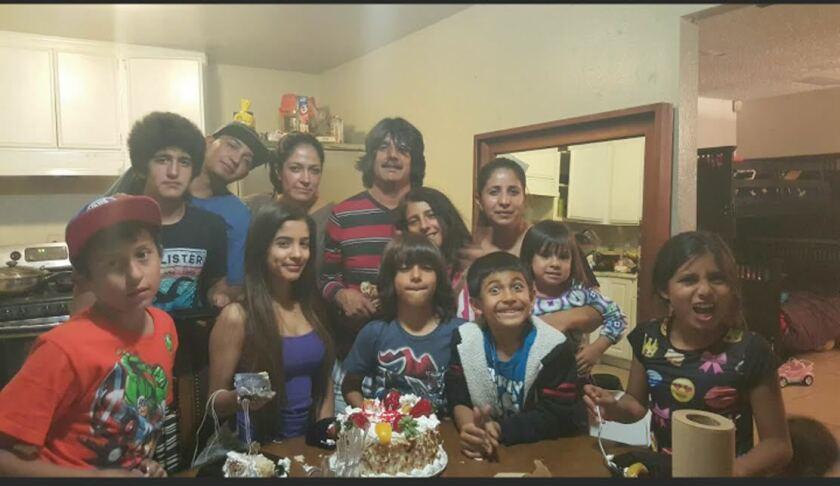Julio Guerrero, en su celebración de cumpleaños, en abril. Aquí se juntaron sus siete hijos, cinco de ellos menores de edad, junto a otros miembros de la familia.