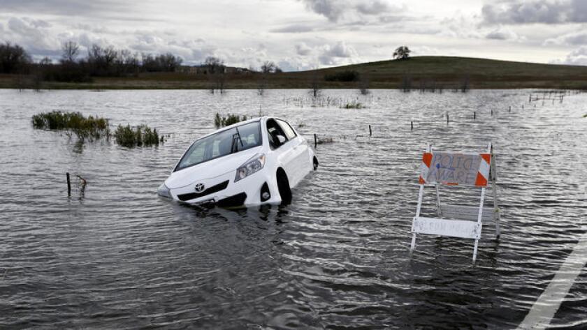 Un automóvil Toyota quedo atrapado en Green Valley Road, cerca de la presa Folsom en Folsom, California., el pasado 11 de enero de 2017. Varias comunidades en el Valle Central y el norte de California se inundaron la semana pasada en medio de las tormentas más severas que ha sufrido el estado en varias décadas.