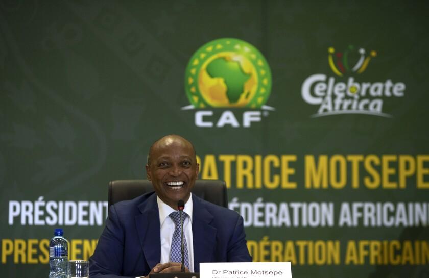 ARCHIVO - En esta foto del 16 de marzo del 2021, el presidente de la Confederación de Fútbol de África Patrice Motsepe sonríe durante una conferencia de prensa en Johanesburgo. (AP Foto/Themba Hadebe)