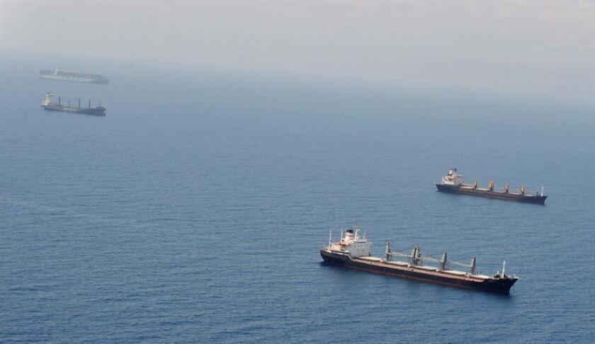 """La Armada de Estados Unidos interceptó el martes en el Golfo de Aden una embarcación sin bandera que transportaba un """"cargamento de armas ilegales"""", entre las que había fusiles automáticos AK-47, informaron hoy fuentes del Pentágono. EFE/ARCHIVO"""