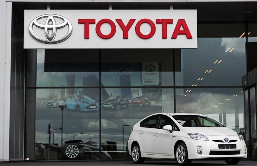 Foto de archivo que muestra un modelo Prius a la venta en un concesionario de Toyota. EFE/Archivo