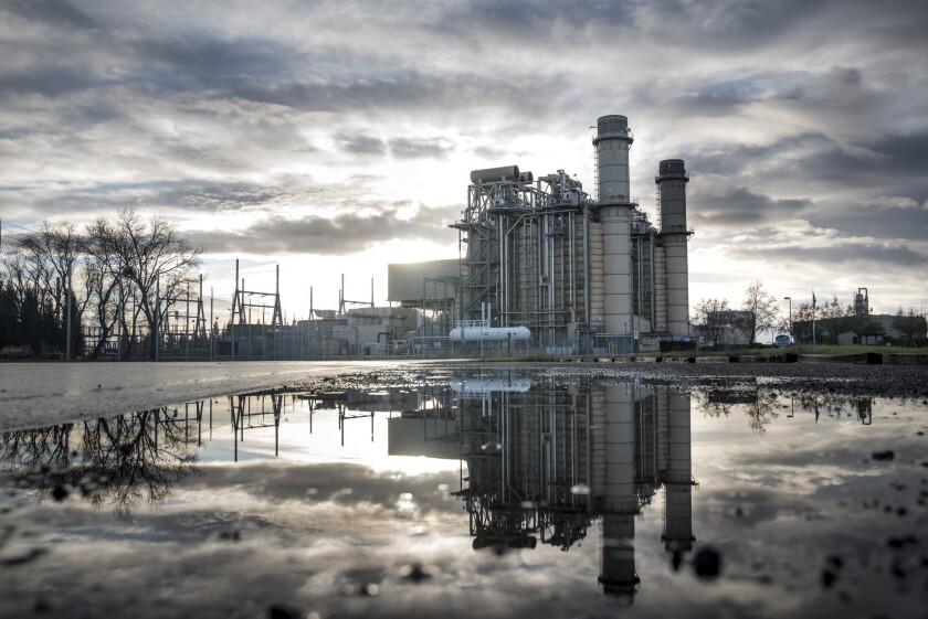Los californianos pagan miles de millones por energía que no necesitan