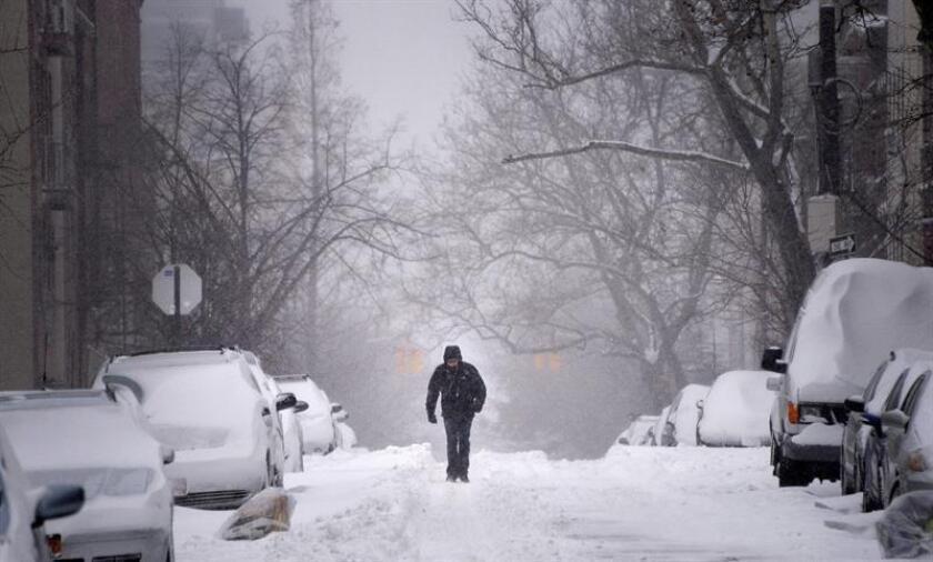 Un hombre camina por una calle cubierta de nieve en el distrito de Brooklyn en Nueva York (Estados Unidos). EFE/Archivo