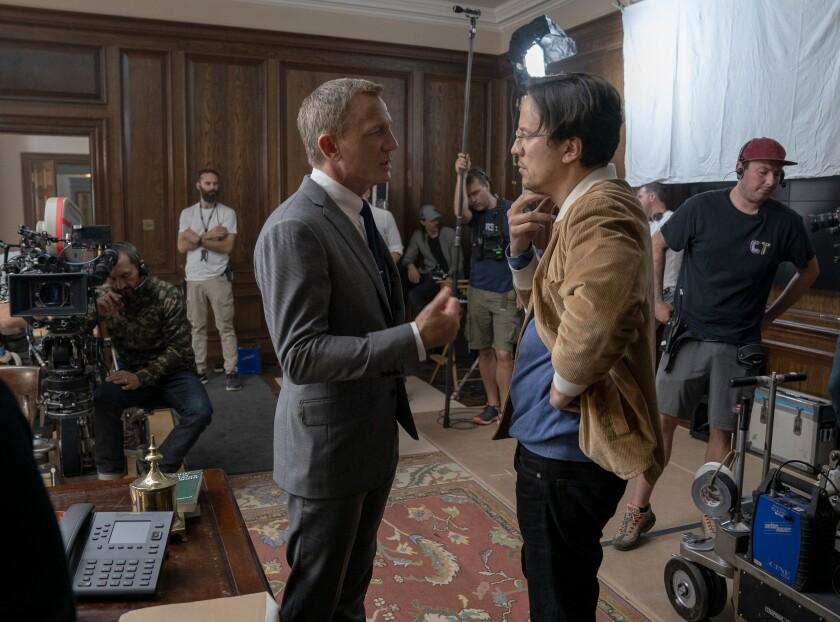 el director Cary Joji Fukunaga, a la derecha, con el actor Daniel Craig