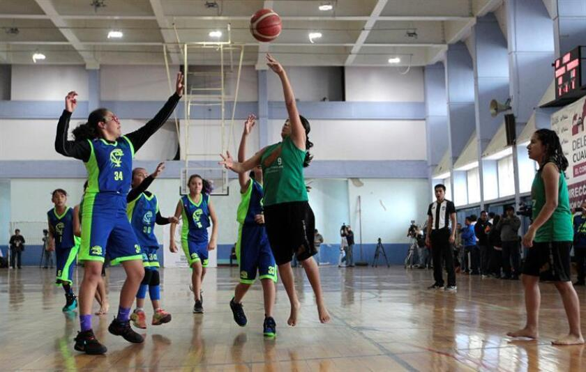 Varios niños triquis de Oaxaca participan en el primer campamento de baloncesto organizado por los Campeones Descalzos de la Montaña hoy, martes 14 de agosto de 2018, en Ciudad de México (México). EFE