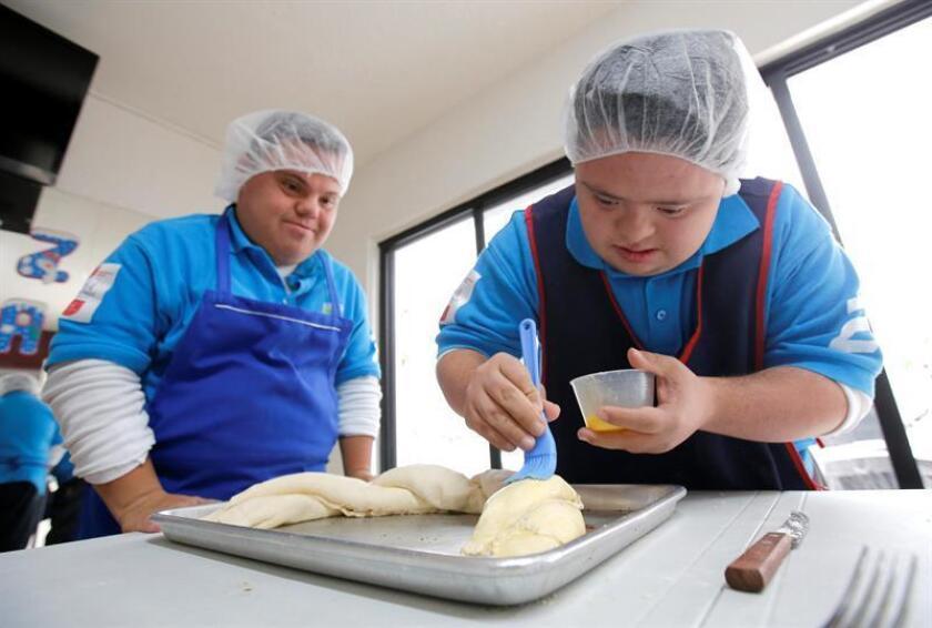 Jóvenes con síndrome de Down preparan pan en una cafetería este lunes, 11 de diciembre de 2017, en Guadalajara (México). Unos 30 jóvenes con síndrome de Down atienden una cafetería con la que buscan fomentar los negocios incluyentes y ofrecer capacitación laboral a las personas con esta condición. EFE