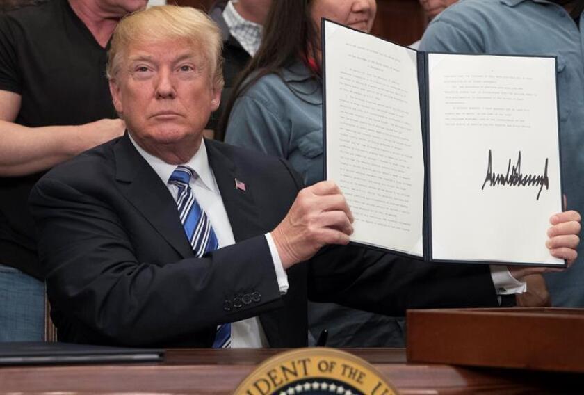 El presidente estadounidense, Donald J. Trump, firma una proclama presidencial sobre las tarifas del aluminio hoy, jueves 8 de marzo de 2018, en el Roosevelt Room de la Casa Blanca, en Washington, DC (EE.UU.). EFE