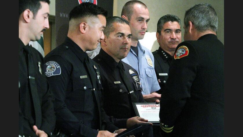 Dan Lee y Frank Martínez, policías de Glendale, recibieron un reconocimiento por parte del Departamento de Bomberos de la ciudad. Tim Berger / Staff Photographer