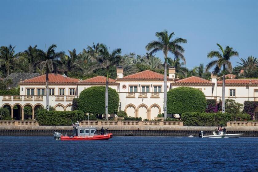 Dos botes de la Guardia Costera estacionados frente al resort Mar-a-Lago, en Palm Beach, Florida (EE.UU.). EFE/Archivo