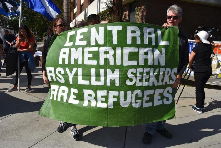 """Un grupo de activistas sostienen una pancarta que dice: """"Los centroamericanos que buscan asilo son refugiados. Un juez federal de Washington D.C. decidió hoy suspender las deportaciones de solicitantes de asilo que huyen de la violencia doméstica o de las pandillas en sus países, una medida impulsada por el presidente, Donald Trump, y su Gobierno. EFE/ARCHIVO"""
