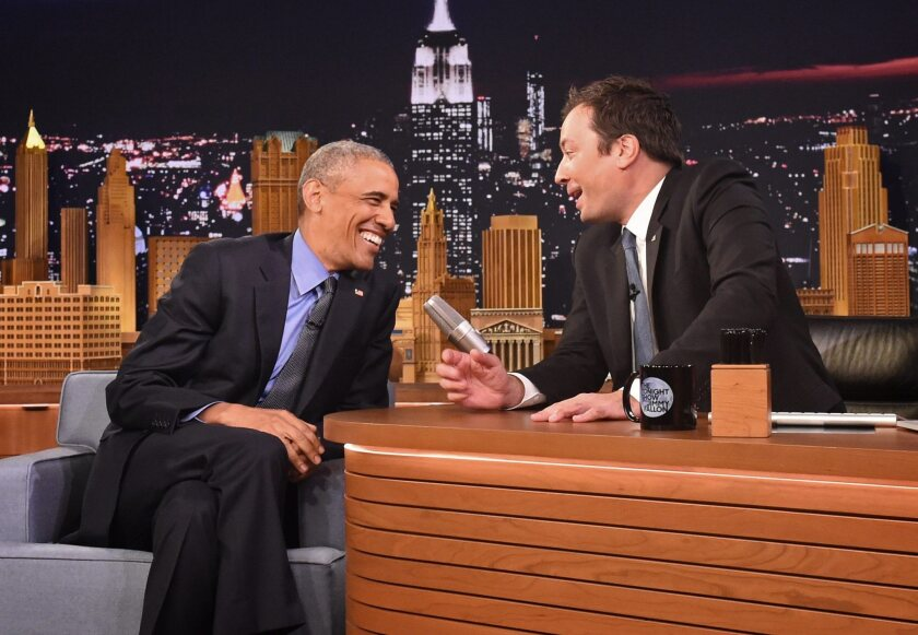 NUE10 - NUEVA YORK (EE.UU.), 8/6/2016.- El presidente estadounidense, Barack Obama (i), habla con Jimmy Fallon (d) en el set de Tonight Show en los NBC Studios en Manhattan, Nueva York (EE.UU.). Obama es el primer presidente en funciones que aparece en el programa. EFE/Thomas A. Ferrara / POOL