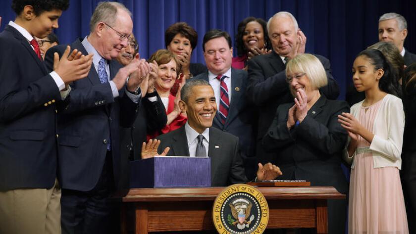 Miembros del Congreso, líderes de la educación y estudiantes aplauden después de que el presidente, Barack Obama, firmo en Washington D.C, en diciembre pasado la ley Every Student Succeeds Act. (Chip Somodevilla / AFP/Getty Images)