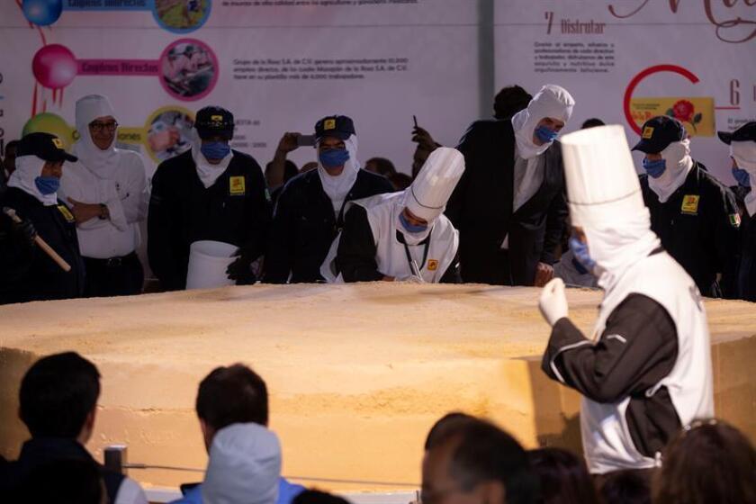 Un grupo de personas prepara un enorme dulce de cacahuate hoy, jueves 19 de julio de 2018, en la ciudad de Guadalajara, Jalisco (México). EFE